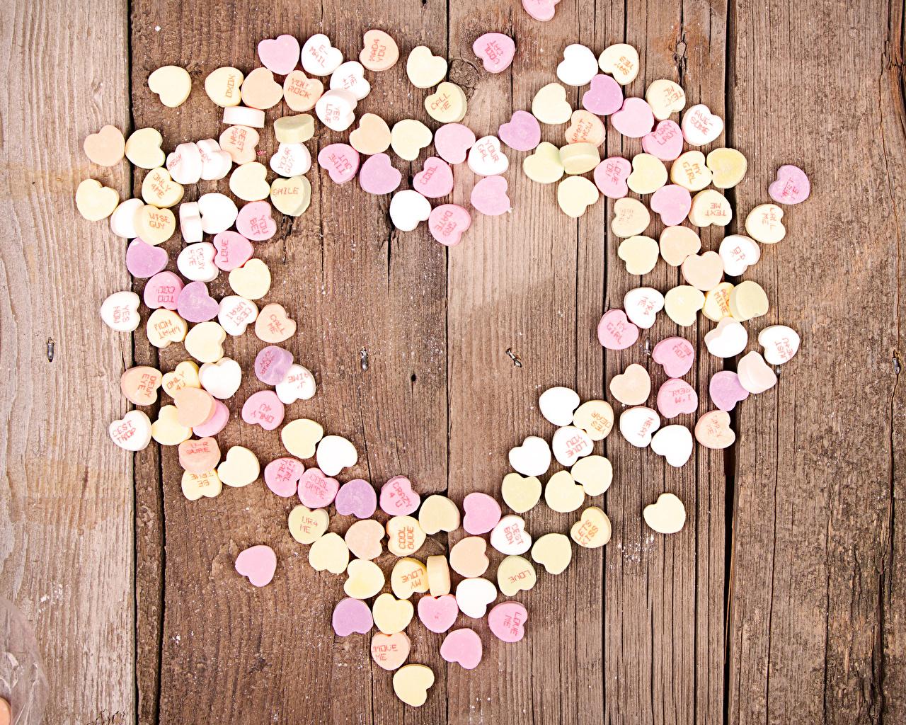 Фотография День святого Валентина сердечко Конфеты Пища Сладости Доски День всех влюблённых серце сердца Сердце Еда Продукты питания сладкая еда