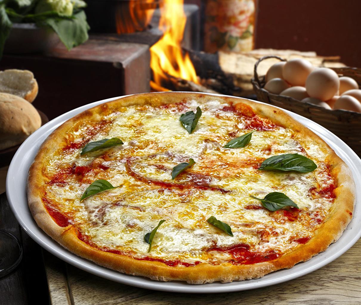 Обои для рабочего стола Пицца Сыры кетчупом Быстрое питание Еда Тарелка Кетчуп кетчупа Фастфуд Пища тарелке Продукты питания