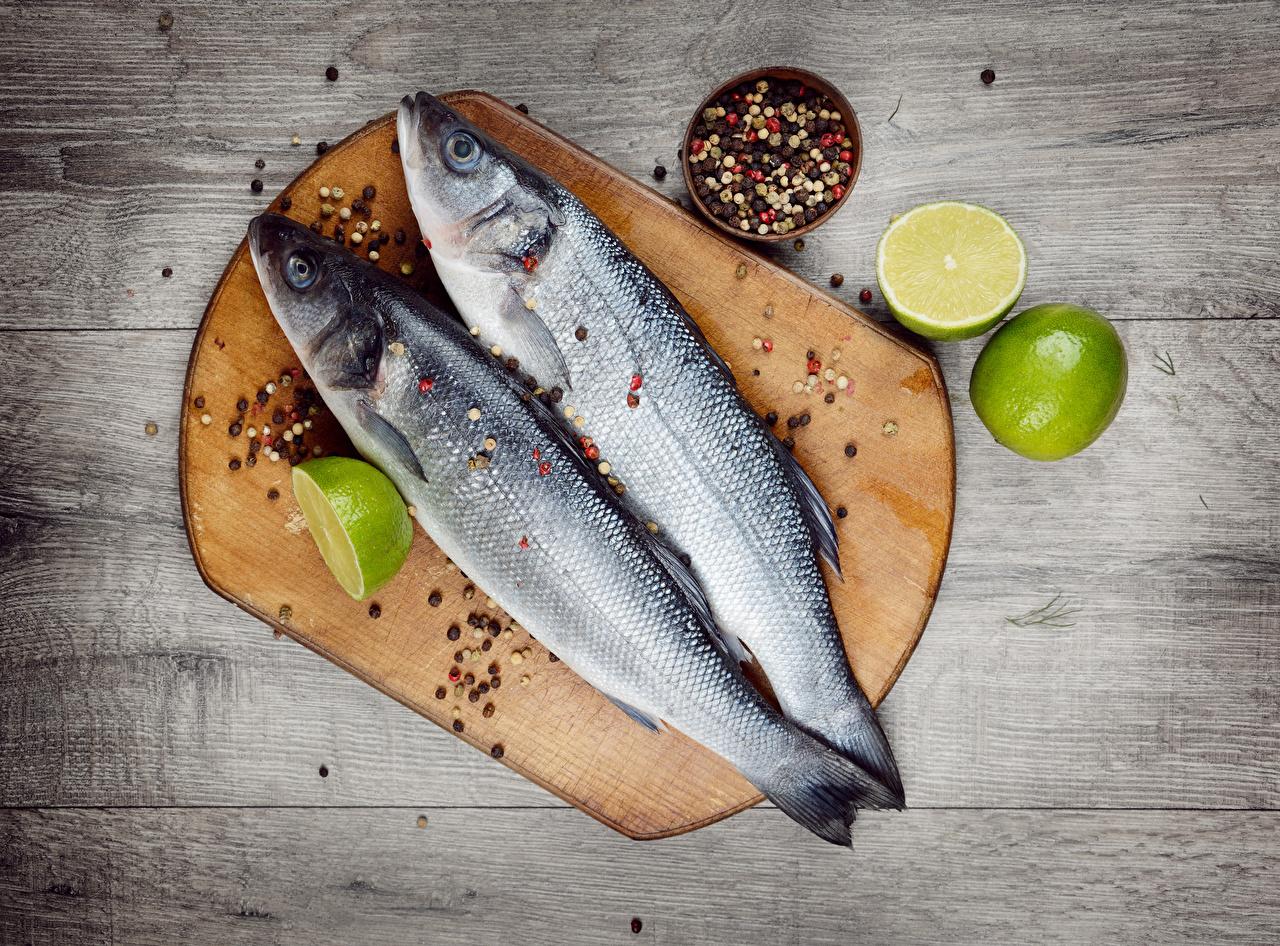 Обои вдвоем Перец чёрный Рыба Лимоны Продукты питания Разделочная доска Доски 2 Двое Еда Пища