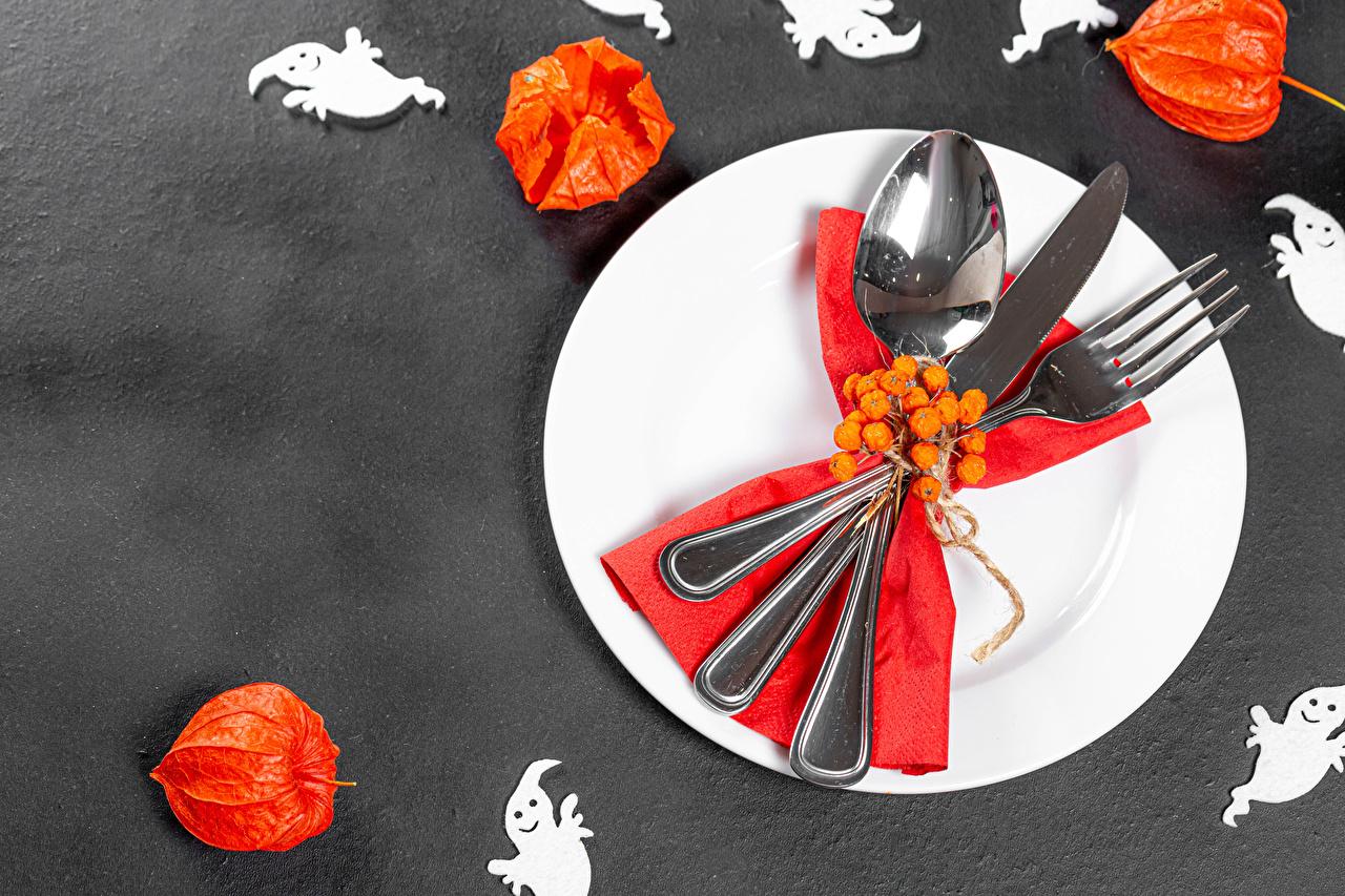 Картинка Нож Physalis хэллоуин Еда Ягоды ложки тарелке Вилка столовая Серый фон ножик Хеллоуин Пища Ложка вилки Тарелка Продукты питания сером фоне