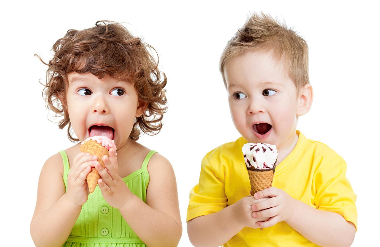 Фотографии Девочки мальчик Дети Мороженое белым фоном девочка Мальчики мальчишки мальчишка ребёнок Белый фон белом фоне