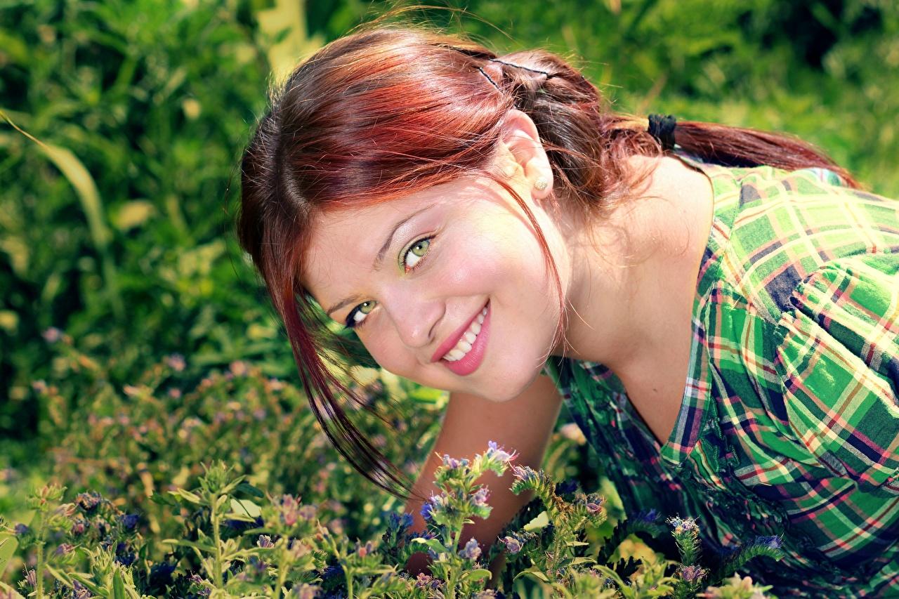 Обои для рабочего стола рыжих улыбается волос девушка Взгляд Рыжая рыжие Улыбка Волосы Девушки молодые женщины молодая женщина смотрят смотрит
