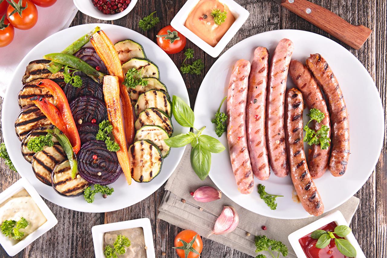 Фотографии Чеснок Сосиска Пища Овощи тарелке Нарезанные продукты Мясные продукты Еда нарезка Тарелка Продукты питания
