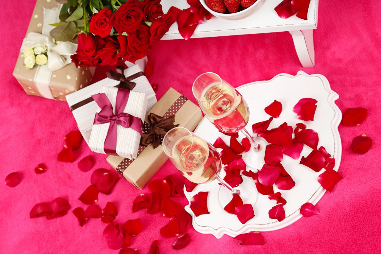 Фотографии Розы Лепестки Шампанское Цветы Подарки Еда Бокалы Праздники Цветной фон Игристое вино Пища Продукты питания