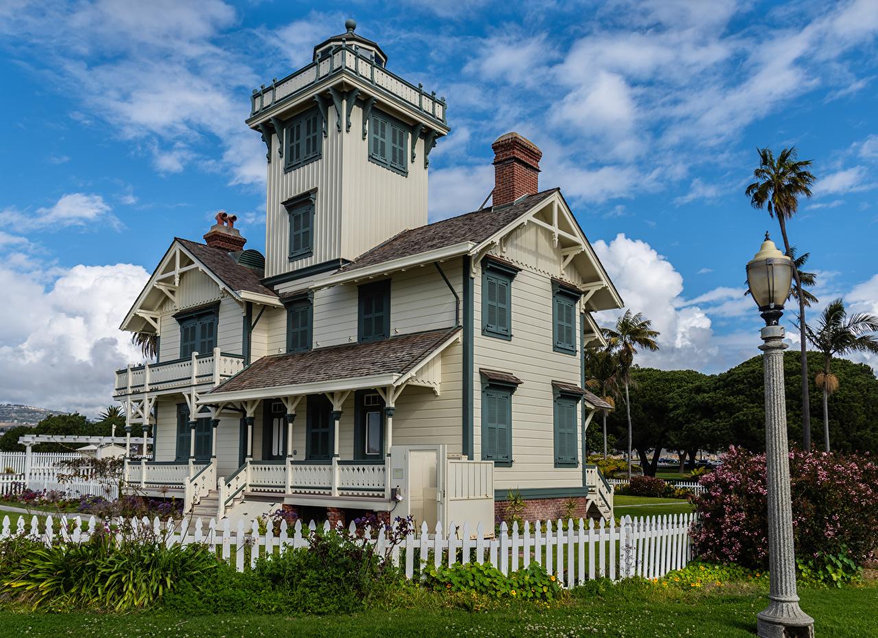 Обои для рабочего стола калифорнии США Point Fermin Lighthouse in San Pedro маяк забора Уличные фонари Дома город Калифорния штаты америка Маяки Забор ограда забором Здания Города