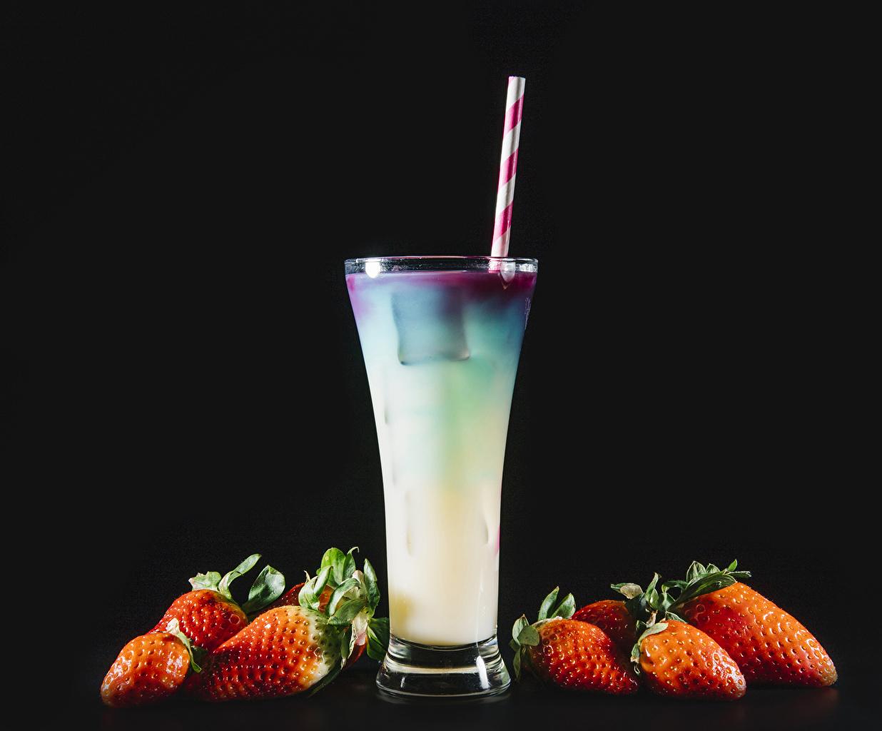 Картинки Стакан Клубника Пища Коктейль Черный фон стакана стакане Еда Продукты питания на черном фоне