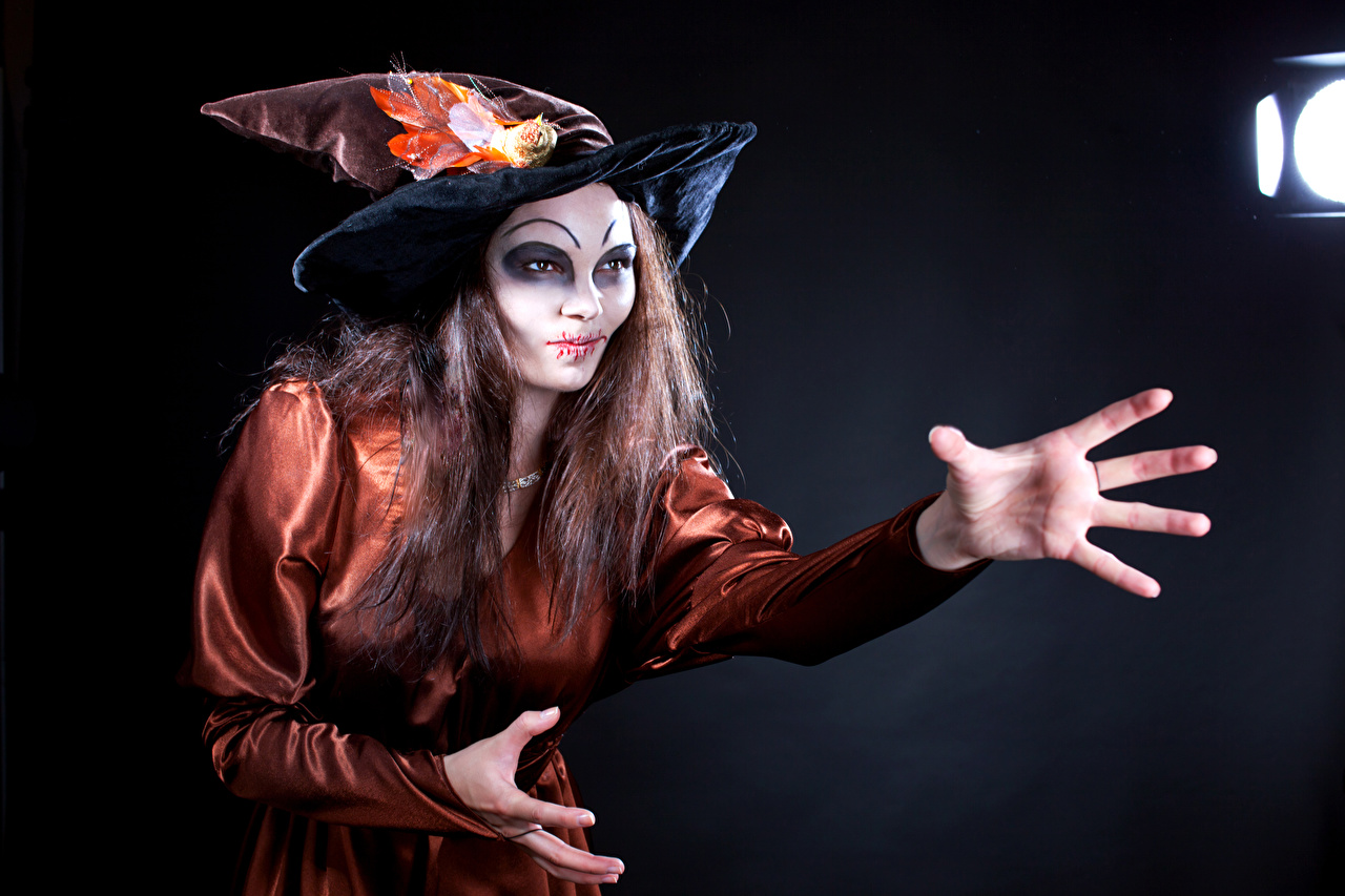 Фотографии Ведьма Шатенка мейкап Шляпа Девушки Руки Униформа Макияж
