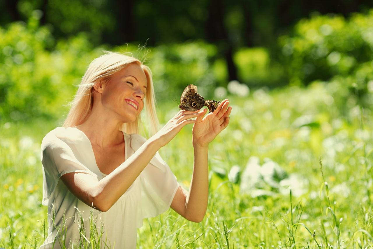Фото бабочка Блондинка Улыбка боке Лето девушка рука Бабочки блондинки блондинок улыбается Размытый фон Девушки молодая женщина молодые женщины Руки