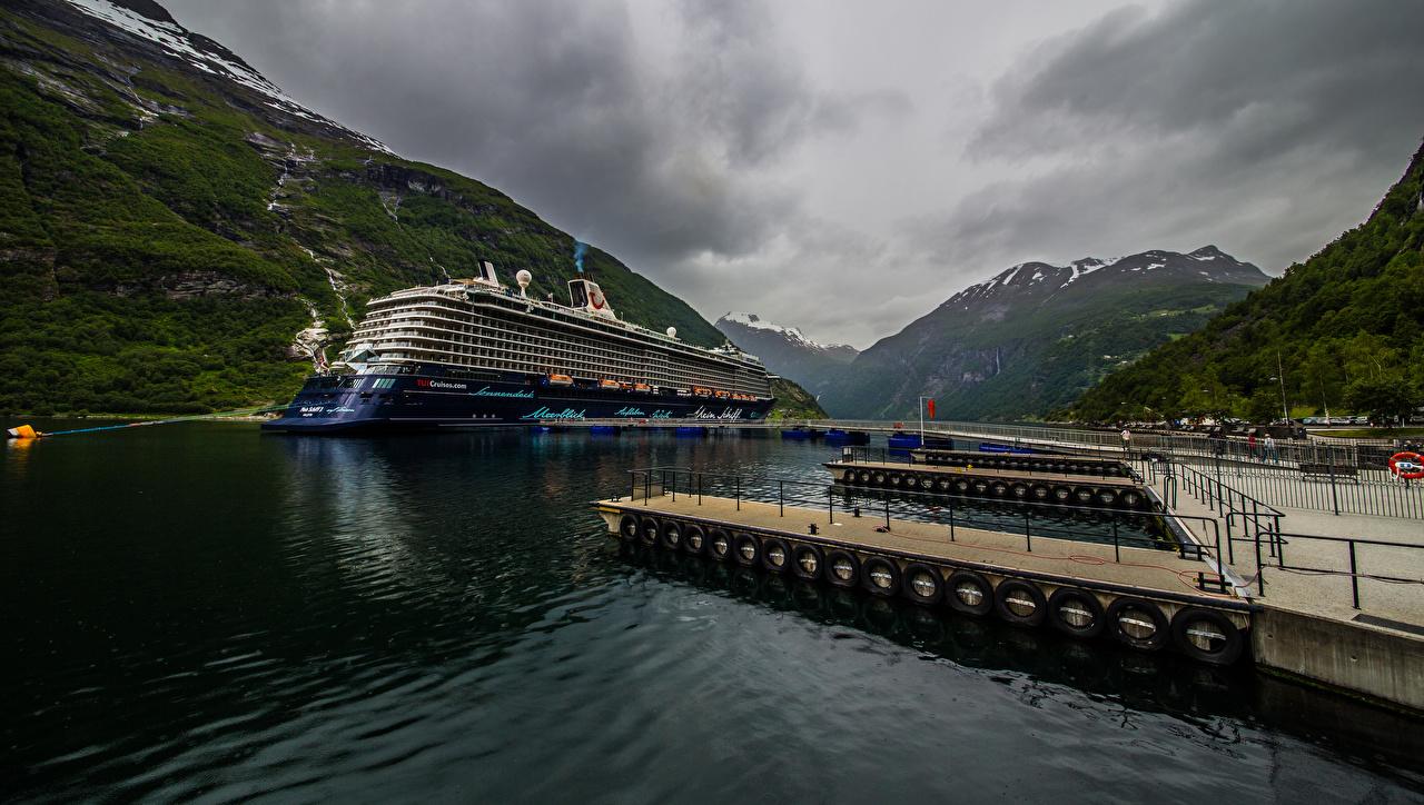 Картинка Норвегия Круизный лайнер Geiranger гора Природа Пирсы Горы Причалы Пристань