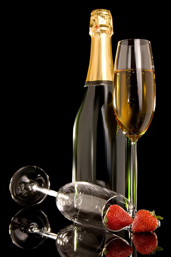 Фото Игристое вино Клубника Пища бокал бутылки на черном фоне  для мобильного телефона Шампанское Еда Бокалы Бутылка Продукты питания Черный фон