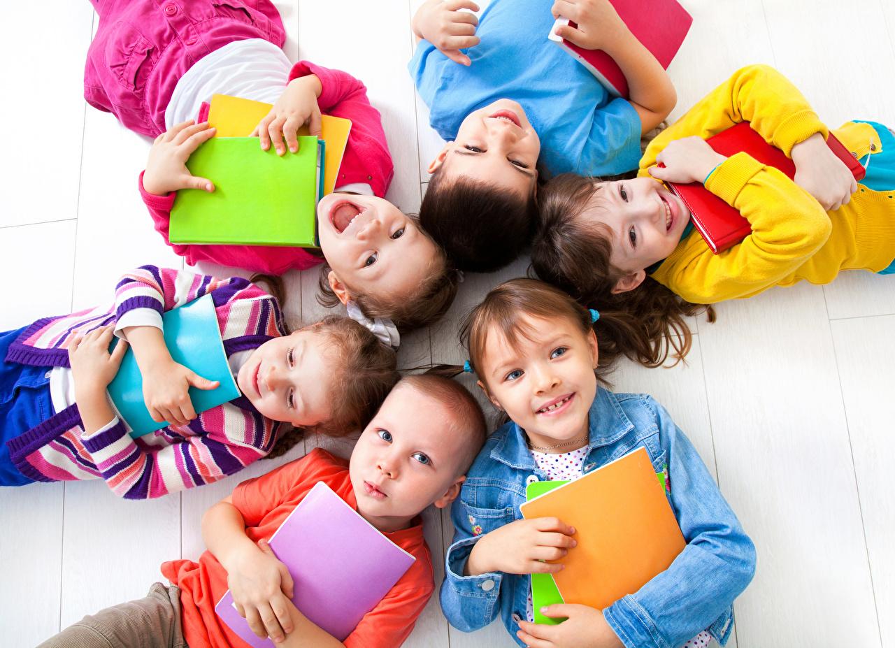 Обои для рабочего стола Девочки Мальчики школьные улыбается Дети Тетрадь девочка мальчик мальчишки мальчишка Школа Улыбка ребёнок