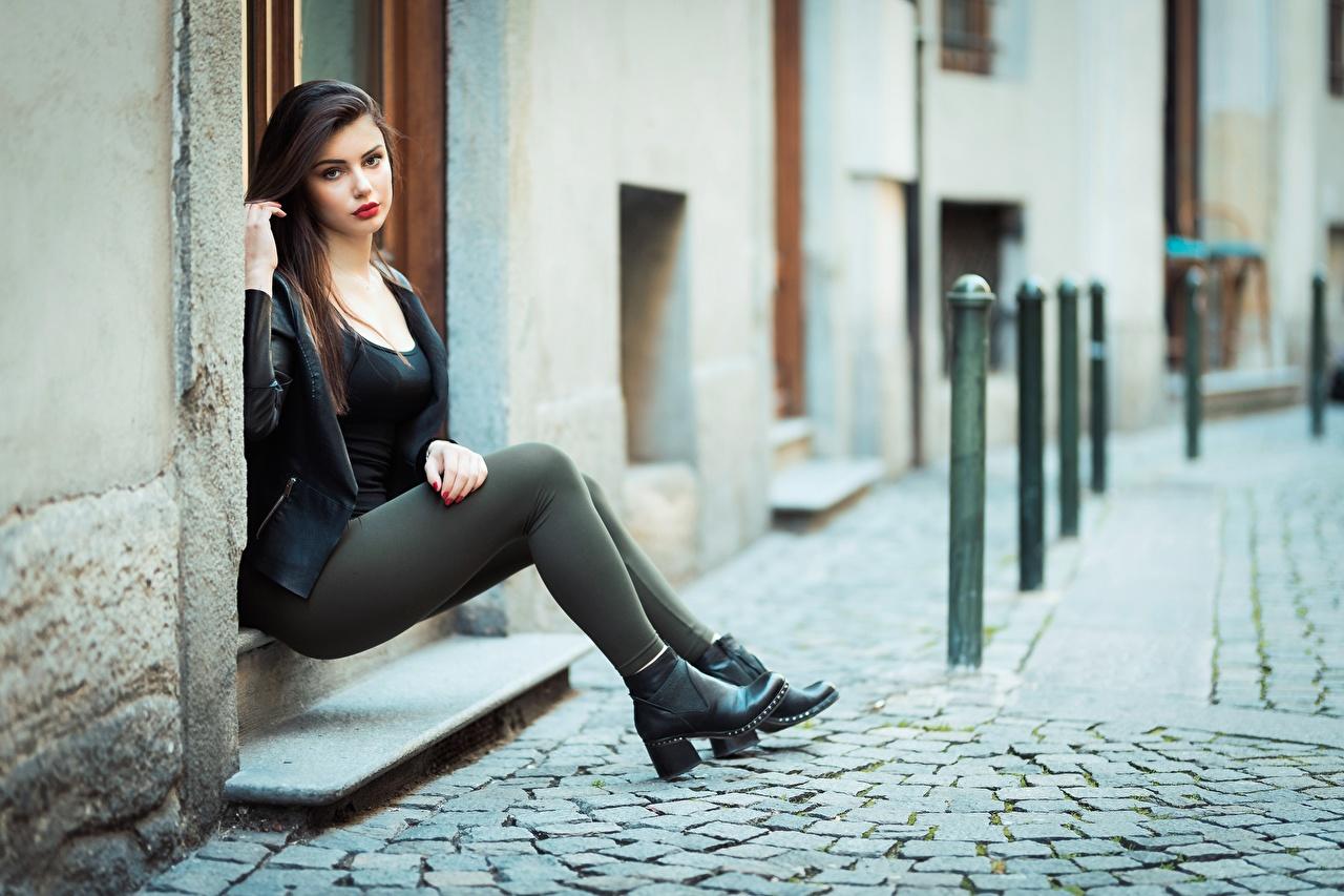 Картинки Ester Merja брюнетки фотомодель Luigi Malanetto Куртка девушка ног Сидит Брюнетка брюнеток Модель куртке куртки куртках Девушки молодая женщина молодые женщины Ноги сидя сидящие