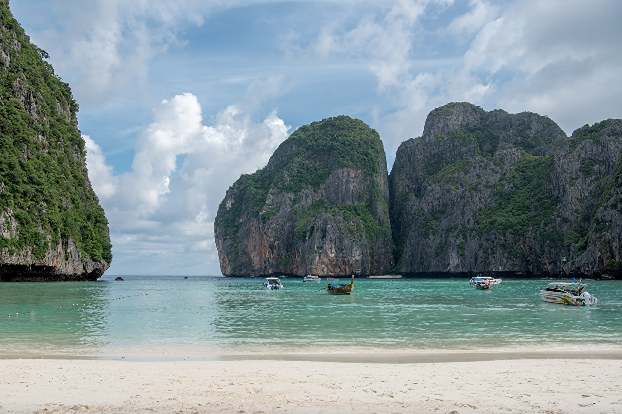 Фото Таиланд Ko Phi Phi Le Пляж Море скалы Природа Остров Лодки залива Катера пляжи пляже пляжа Утес Скала скале Залив заливы