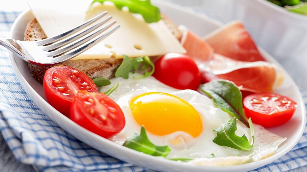 Фото глазунья Завтрак Помидоры Сыры Хлеб Еда вилки Тарелка Яичница яичницы Томаты Пища тарелке Вилка столовая Продукты питания
