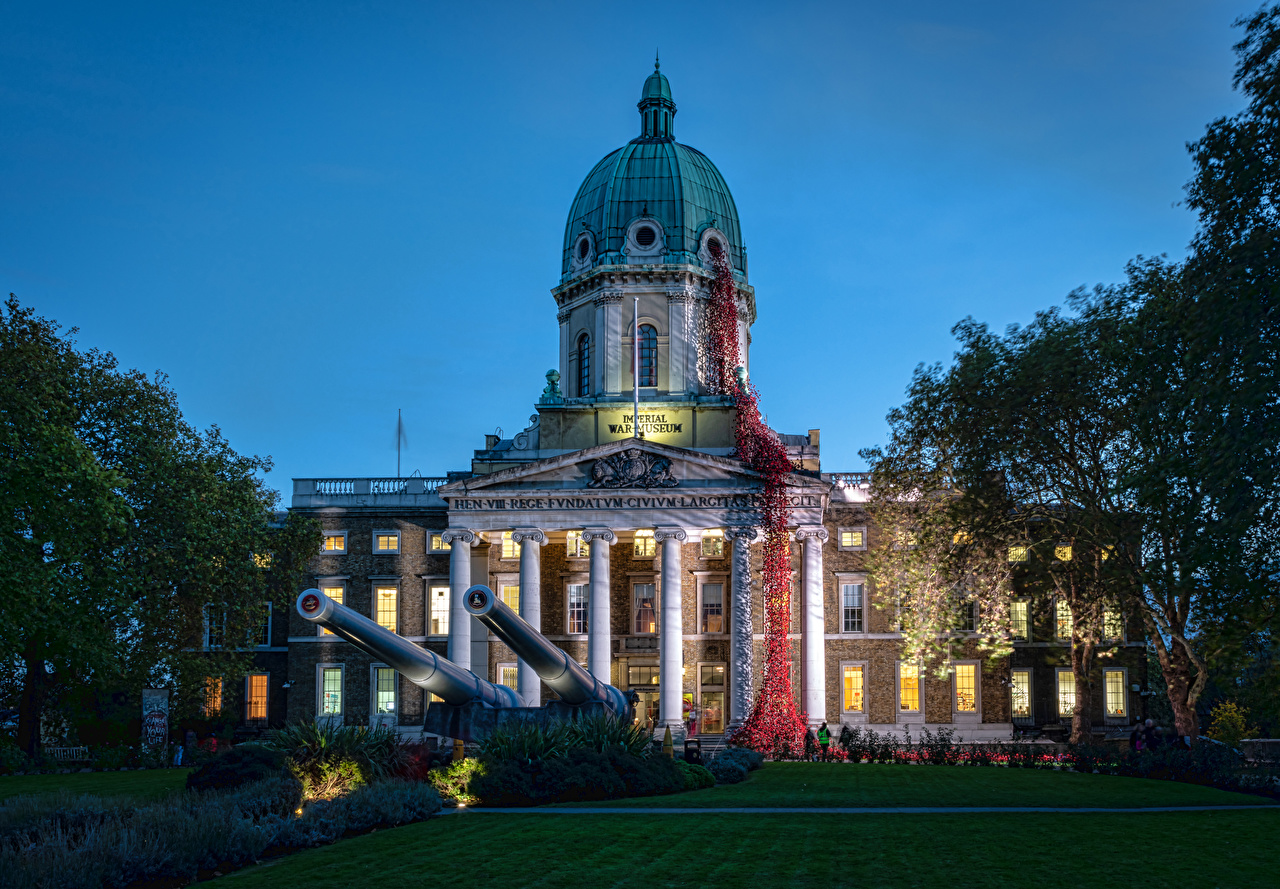 Картинки Лондон Пушки Музей Великобритания Imperial War Museum Вечер газоне Дома Города лондоне Газон Здания