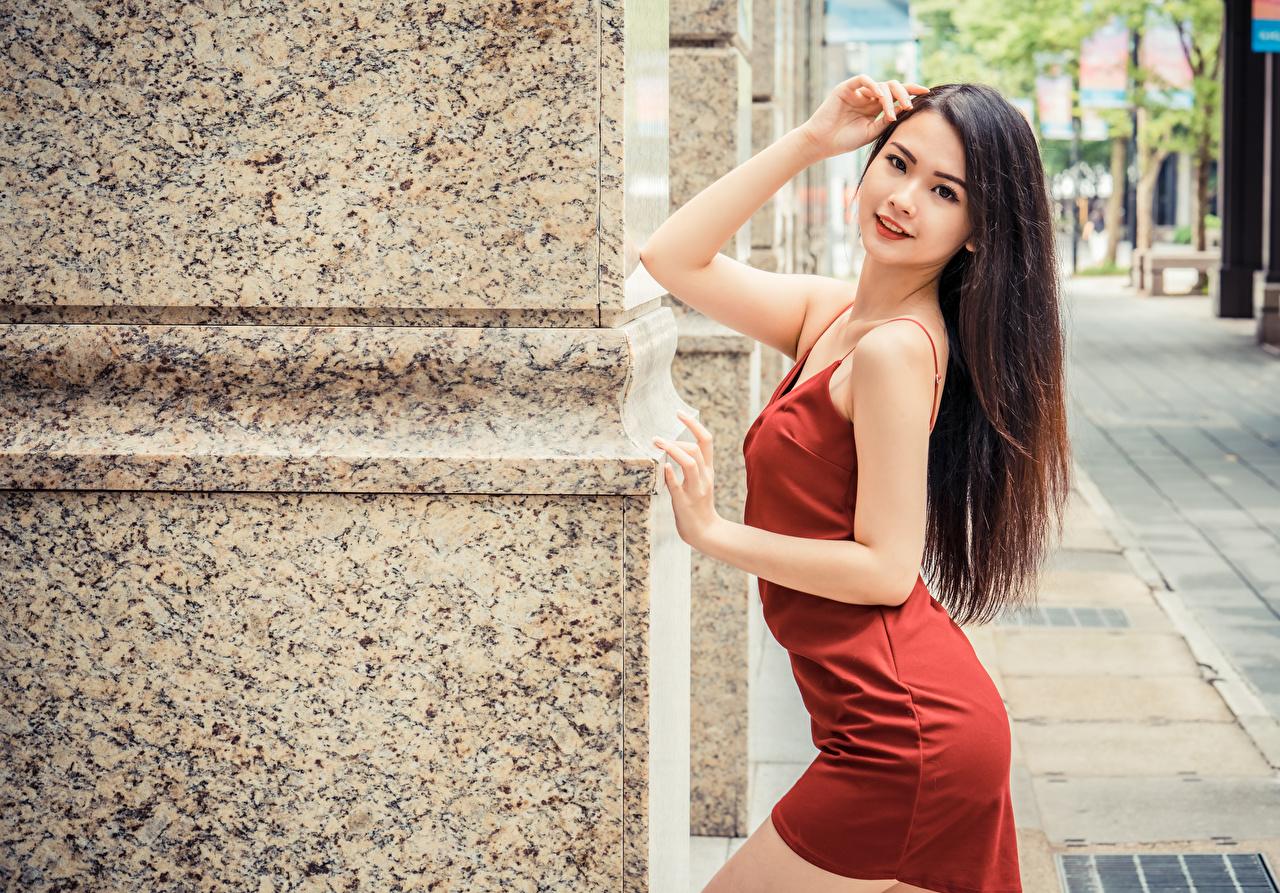 Картинка шатенки Поза Волосы Девушки азиатка рука смотрит Платье Шатенка позирует волос девушка молодые женщины молодая женщина Азиаты азиатки Руки Взгляд смотрят платья