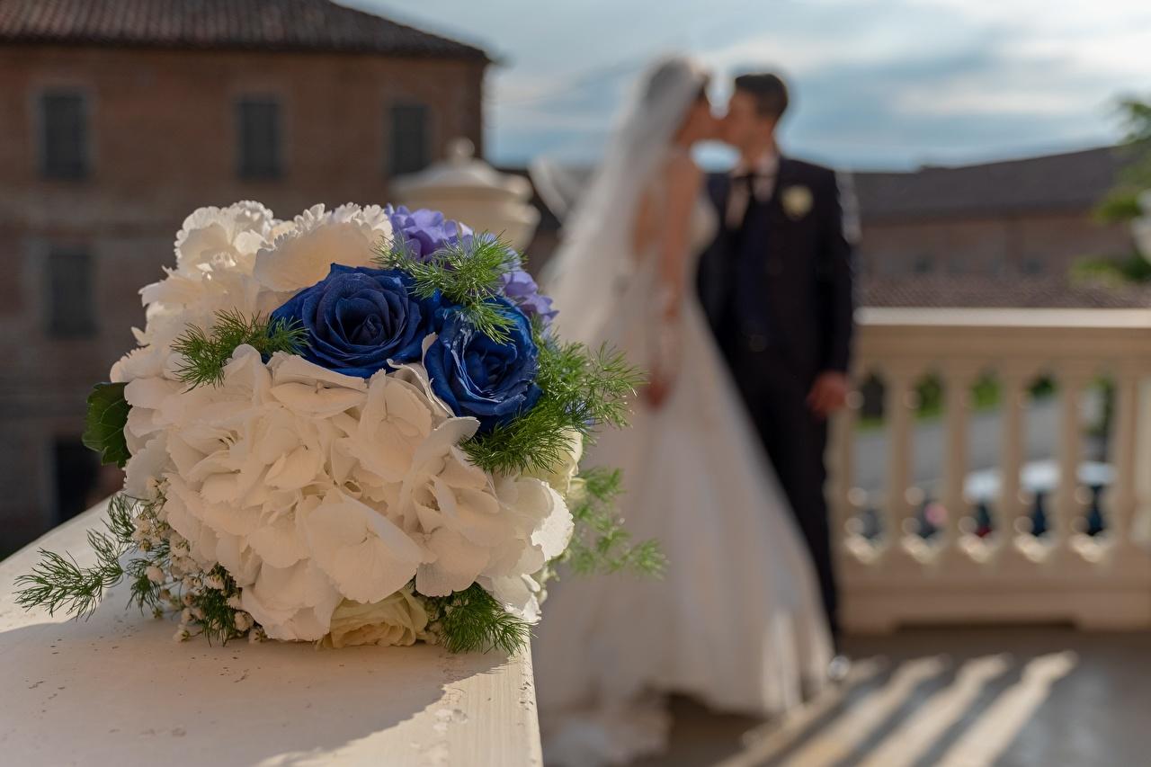 Фото Свадьба Невеста мужчина Размытый фон Букеты целоваться 2 Цветы брак свадьбе свадьбы невесты свадебные Мужчины боке букет целует Поцелуй поцелуи целование два две Двое вдвоем цветок