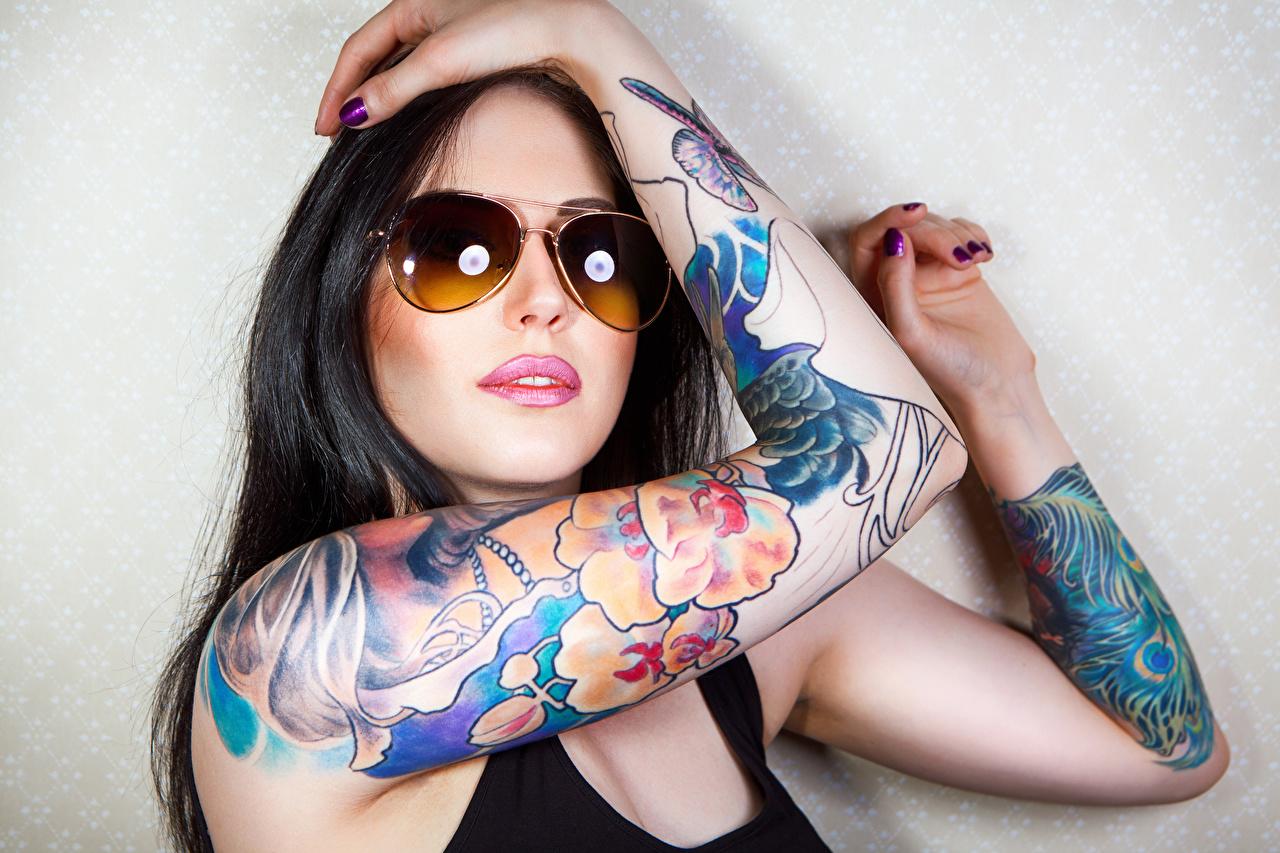 Обои для рабочего стола Татуировки брюнеток Девушки Очки Руки тату татуировка брюнетки Брюнетка девушка молодая женщина молодые женщины рука очков очках