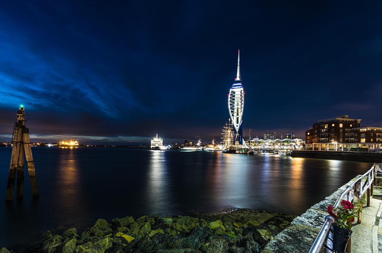 Картинка Англия Portsmouth Ночь Реки Камни Пристань Города Здания речка Пирсы Камень Ночные Причалы Дома