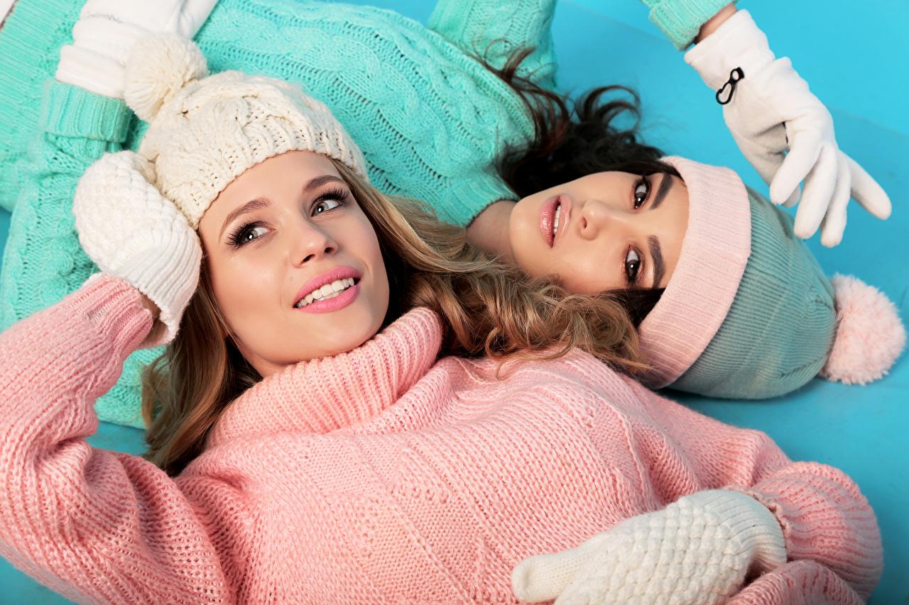 Картинка Перчатки две Шапки девушка Свитер Взгляд перчатках 2 два Двое шапка вдвоем в шапке Девушки молодые женщины молодая женщина свитера свитере смотрят смотрит