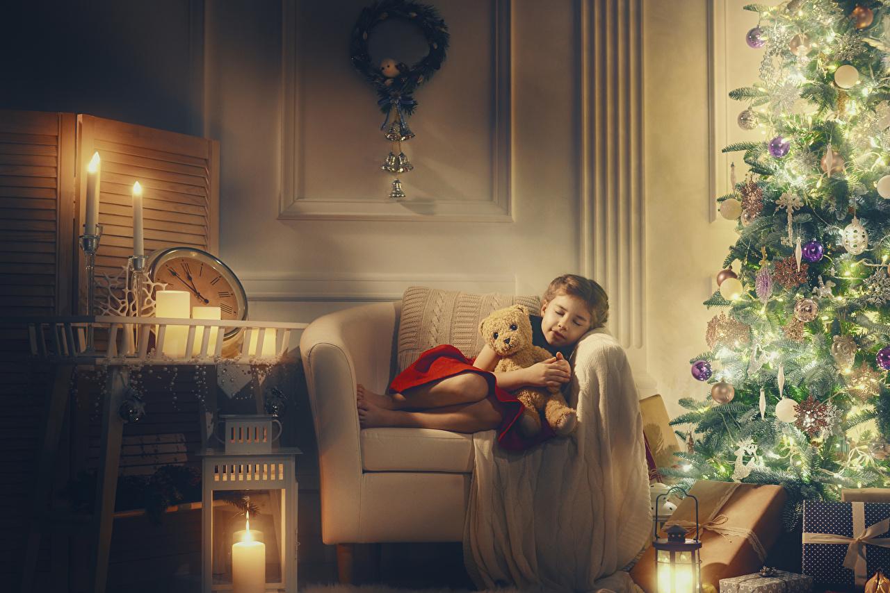Обои Девочки Новый год Ребёнок Спит Новогодняя ёлка Мишки Подарки Свечи Кресло Рождество Дети сон Елка спящий Плюшевый мишка