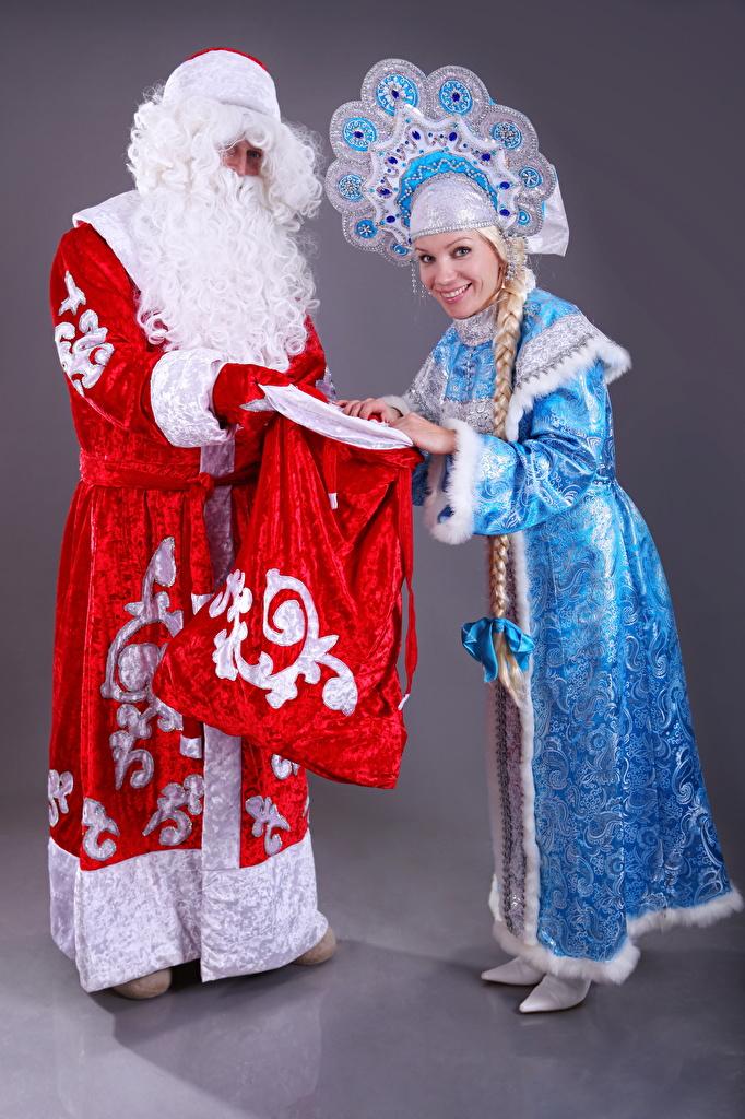 Фотография Новый год Улыбка Snow maiden Двое девушка Санта-Клаус униформе  для мобильного телефона Рождество улыбается 2 два две вдвоем Девушки Дед Мороз молодые женщины молодая женщина Униформа