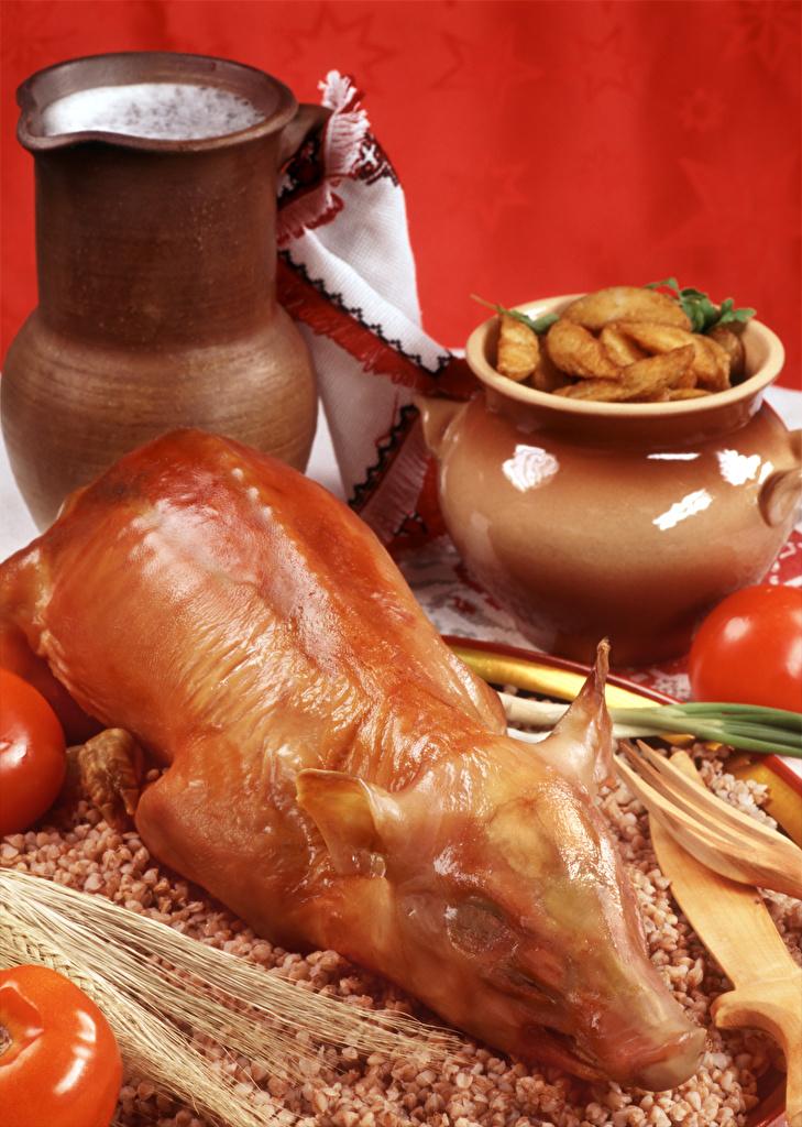 Обои Молоко Гречка Томаты Свинина картошка кувшины Пища Красный фон Мясные продукты Помидоры Картофель Кувшин Еда Продукты питания красном фоне
