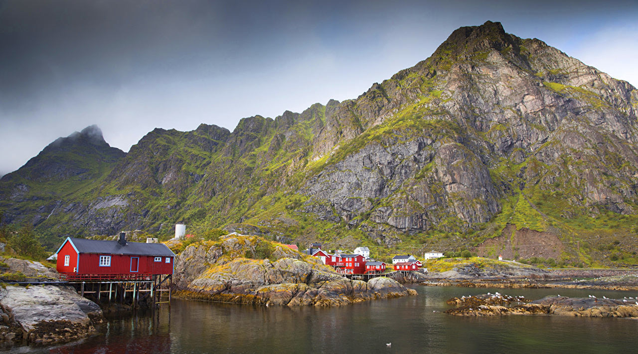 Обои для рабочего стола Лофотенские острова Норвегия Горы Природа залива Дома гора Залив заливы Здания