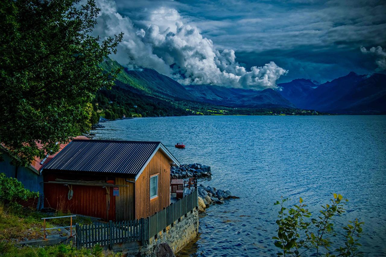 Обои для рабочего стола Норвегия Isfjorden гора Природа Озеро облако Здания Горы Дома Облака облачно