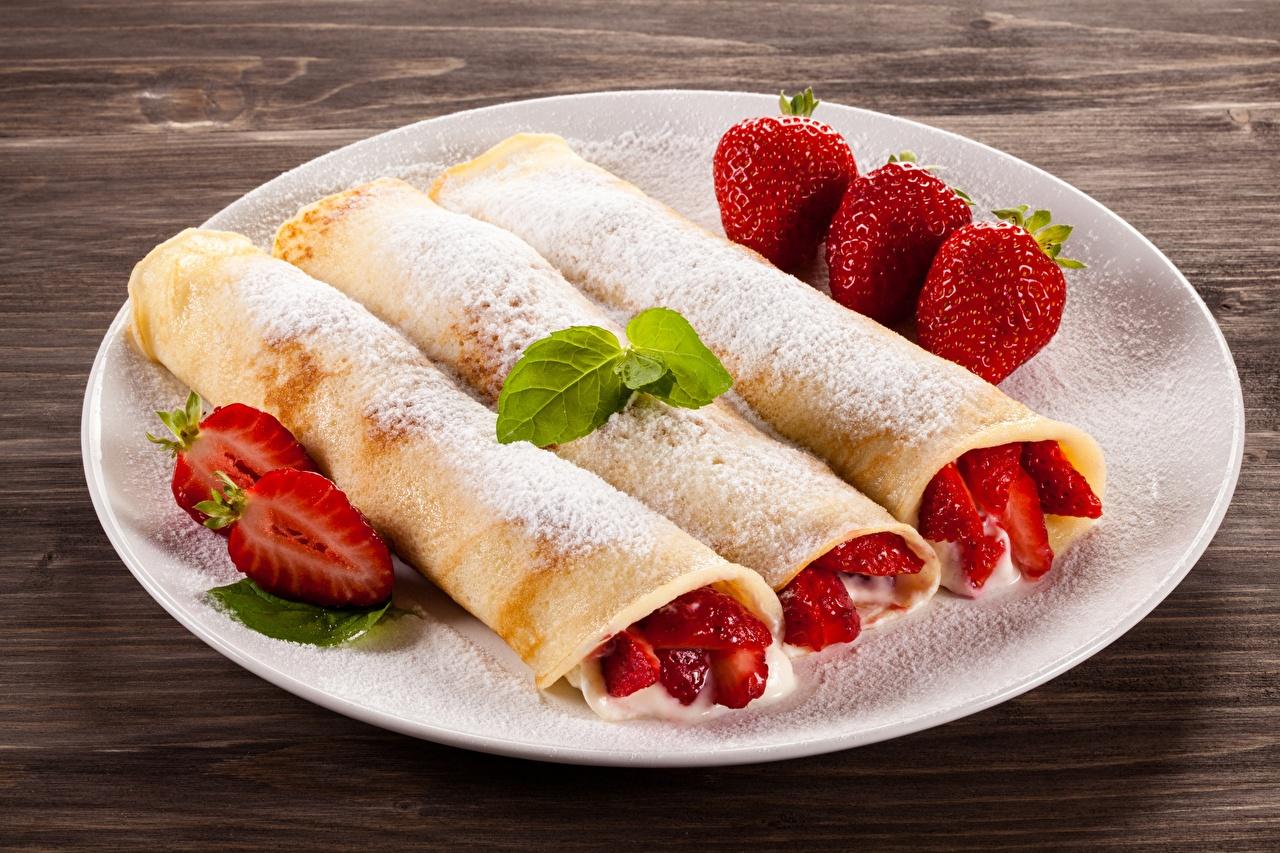 Фотографии Блины Сахарная пудра Клубника Еда тарелке Пища Тарелка Продукты питания
