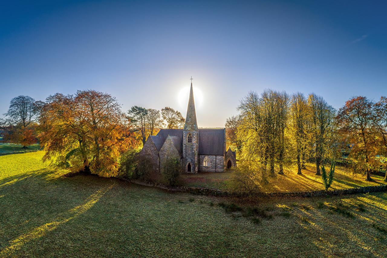 Фото Церковь Великобритания Northern Ireland, Tyrone Осень солнца Природа дерево Солнце осенние дерева Деревья деревьев