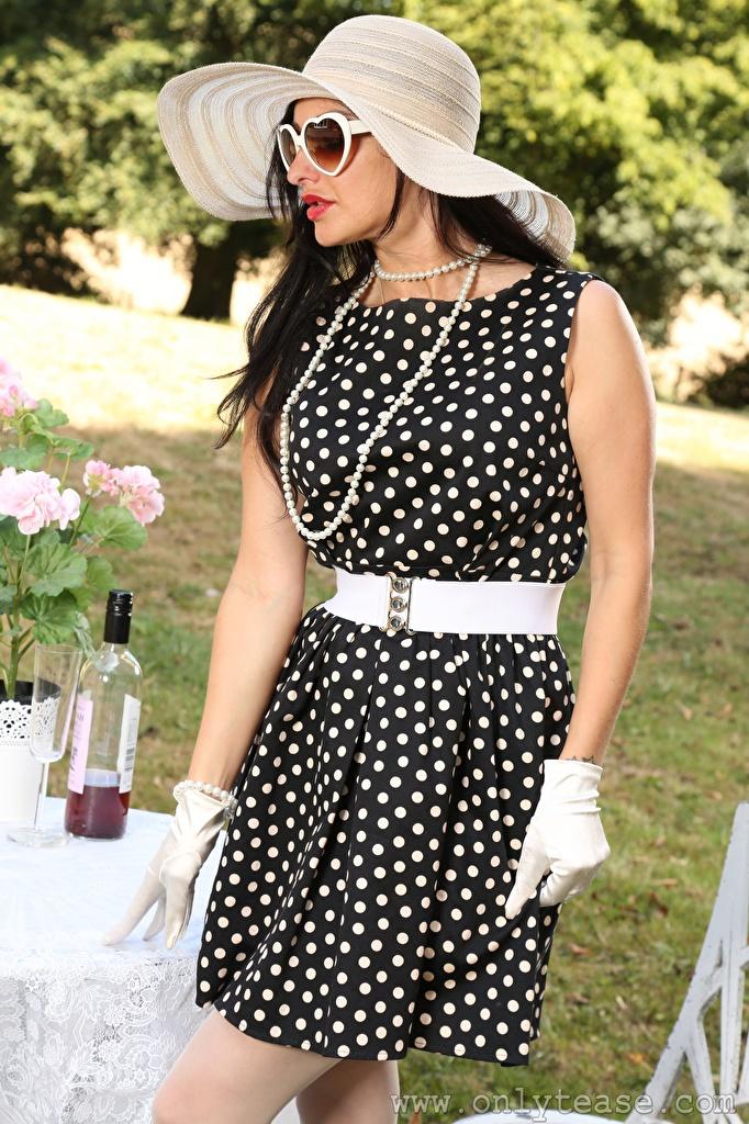 Картинки Cassie Clarke брюнетки перчатках Шляпа Девушки ожерельем Руки Очки Платье  для мобильного телефона брюнеток Брюнетка Перчатки шляпы шляпе девушка Ожерелье ожерелья молодые женщины молодая женщина рука очках очков платья