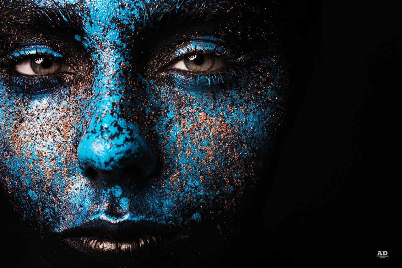 Фотография Глаза Макияж лица Синий девушка смотрит Черный фон мейкап косметика на лице Лицо синие синих синяя Девушки молодые женщины молодая женщина Взгляд смотрят на черном фоне