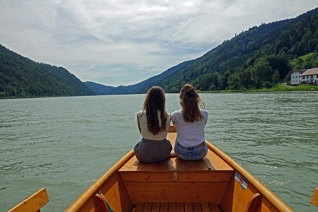 Фотографии шатенки Danube Двое Девушки Реки Сзади Лодки Сидит Шатенка 2 два две вдвоем сидя речка сидящие вид сзади