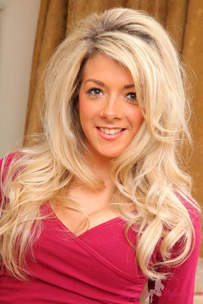 Фото Tillie Model блондинки Улыбка прически Волосы молодая женщина Взгляд  для мобильного телефона блондинок Блондинка улыбается Причёска волос Девушки девушка молодые женщины смотрят смотрит