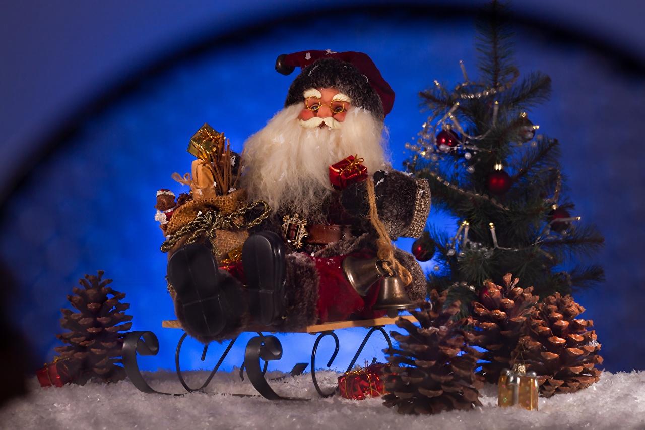 Фотографии Новый год Санки бородатый Елка Санта-Клаус Подарки шишка сидящие колокольчик Рождество Сани санях санках Борода бородой бородатые Дед Мороз Новогодняя ёлка подарок подарков сидя Сидит Шишки Колокольчики