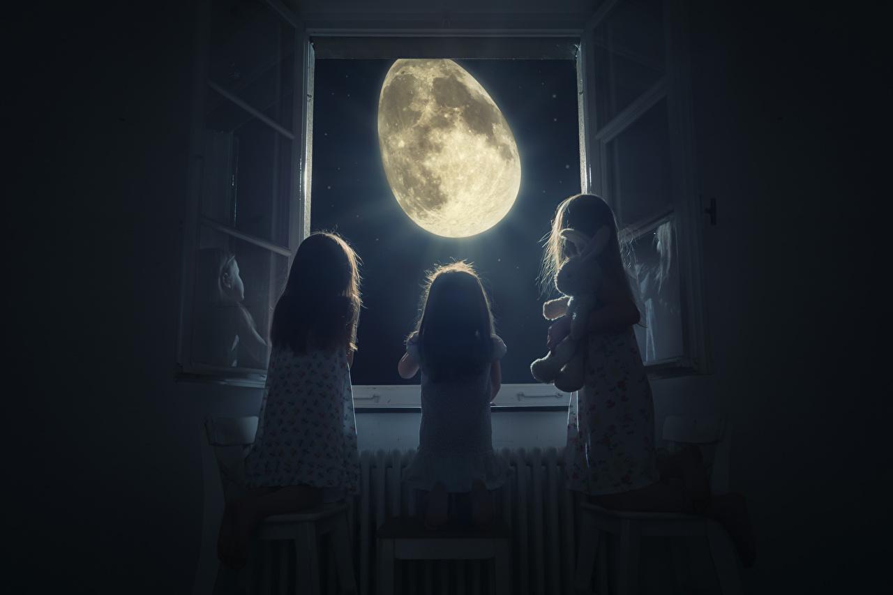 Фотографии Девочки Дети Луна оригинальные Ночь Окно Трое 3 девочка ребёнок луны луной Креатив три окна ночью в ночи Ночные втроем