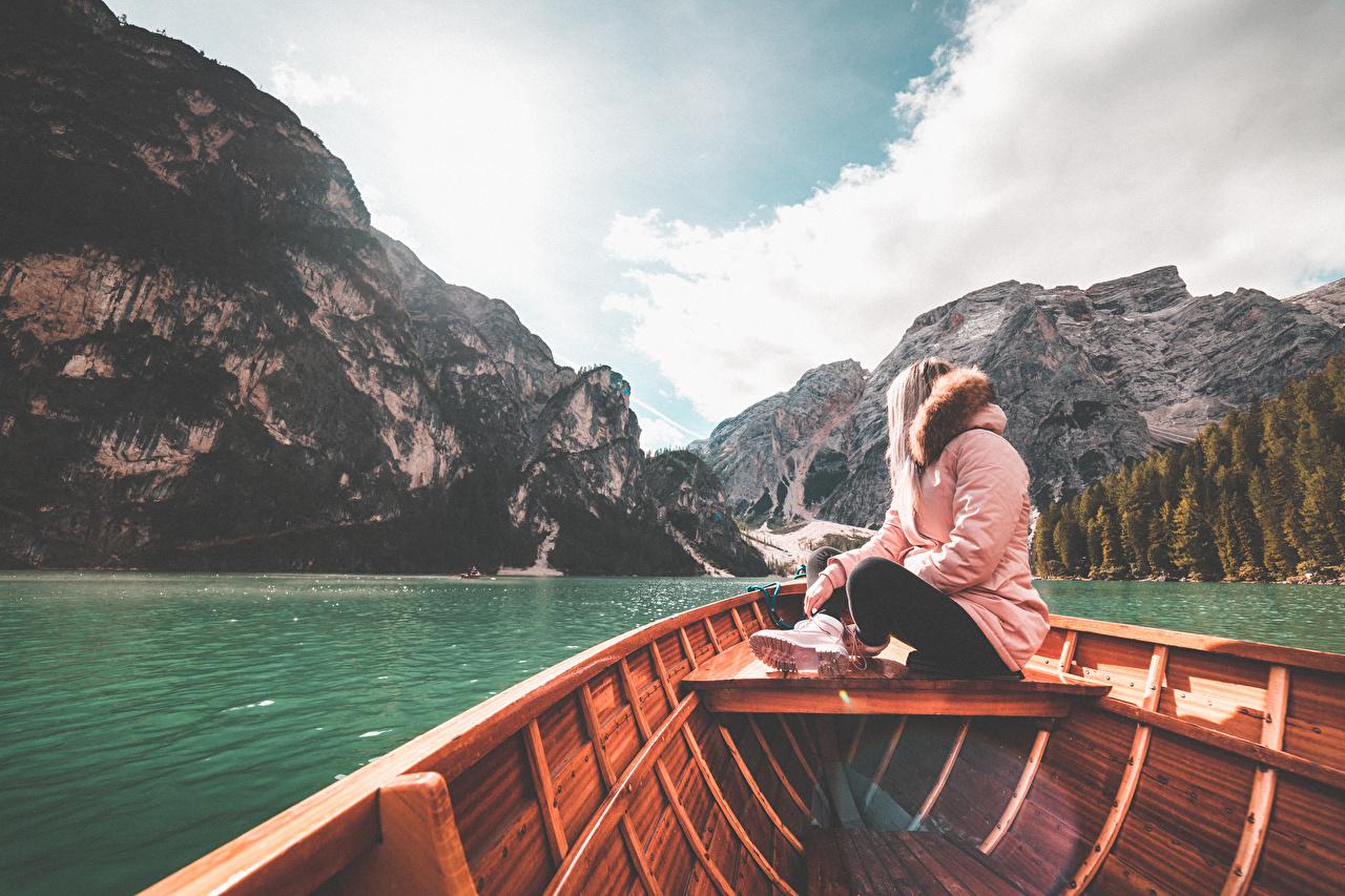 Фотография Италия Lake Braies гора куртке Природа девушка Озеро сидя Лодки Горы куртки Куртка Девушки куртках молодые женщины молодая женщина Сидит сидящие
