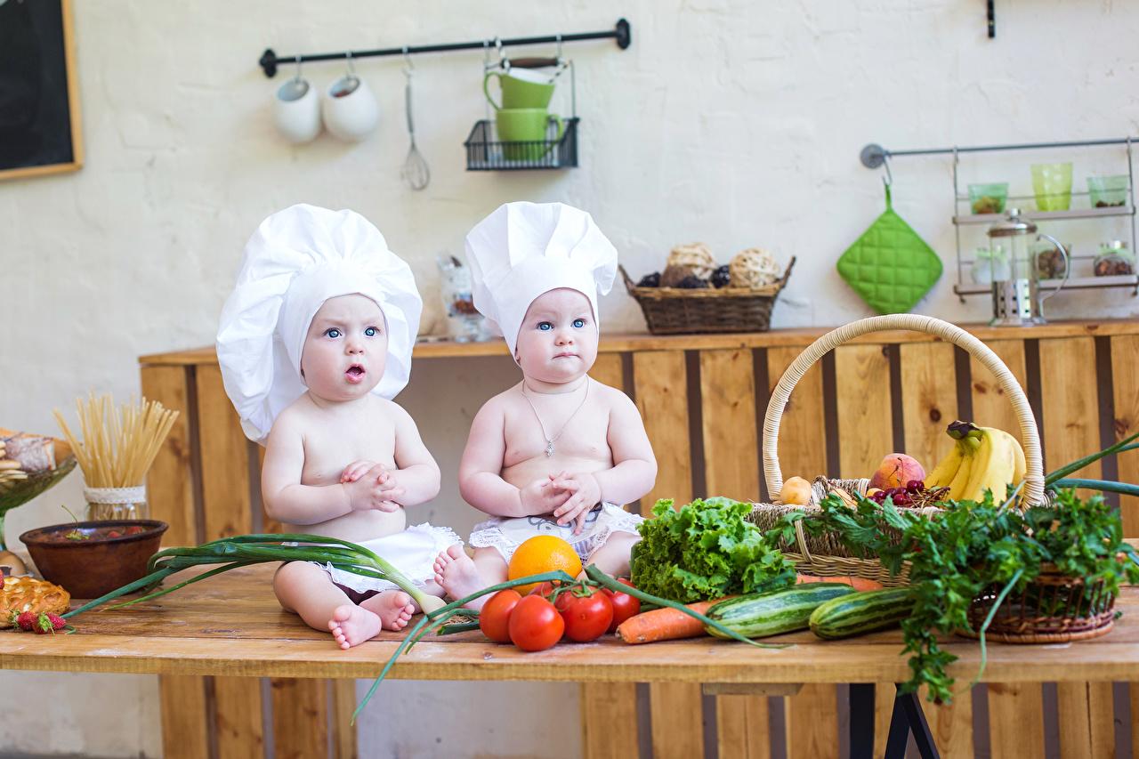 Картинки Младенцы Дети 2 Шапки Помидоры Повар Овощи младенца младенец грудной ребёнок ребёнок две два Двое шапка вдвоем Томаты в шапке повары повара