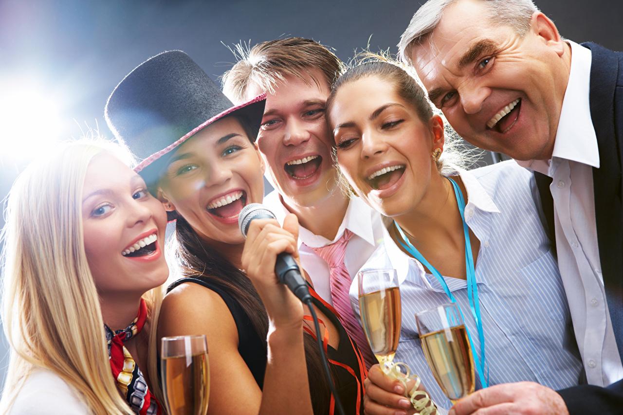 Фотографии Блондинка Мужчины Смех Микрофон Шляпа Девушки Бокалы Праздники