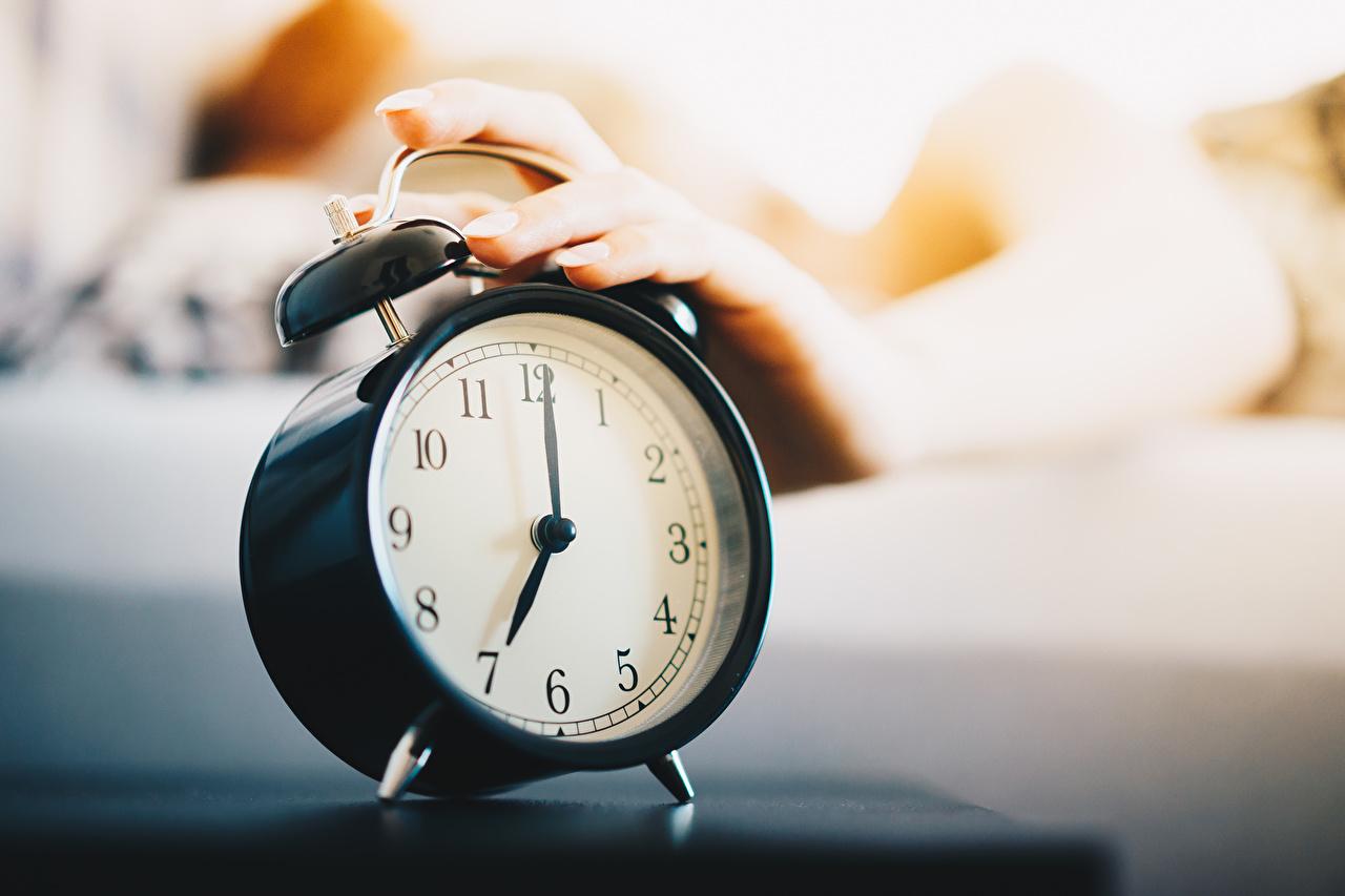 Фотография боке Часы Утро Будильник рука Циферблат Крупным планом Размытый фон Руки вблизи