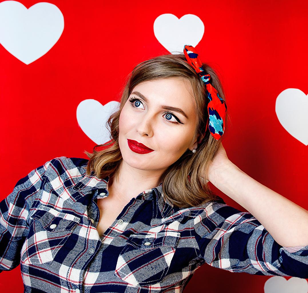 Фото Шатенка сердца Девушки Рубашка красном фоне красными губами шатенки серце Сердце сердечко рубашке девушка рубашки молодые женщины молодая женщина Красный фон Красные губы