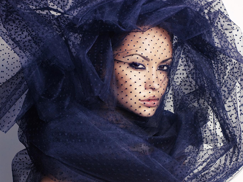 Фотографии шарфом косметика на лице Лицо Девушки смотрит Шарф шарфе мейкап Макияж лица девушка молодая женщина молодые женщины Взгляд смотрят