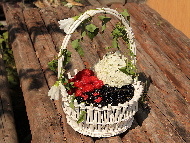 Фотография Малина корзины Ежевика Гортензия Пища Доски Корзина Корзинка Еда Продукты питания