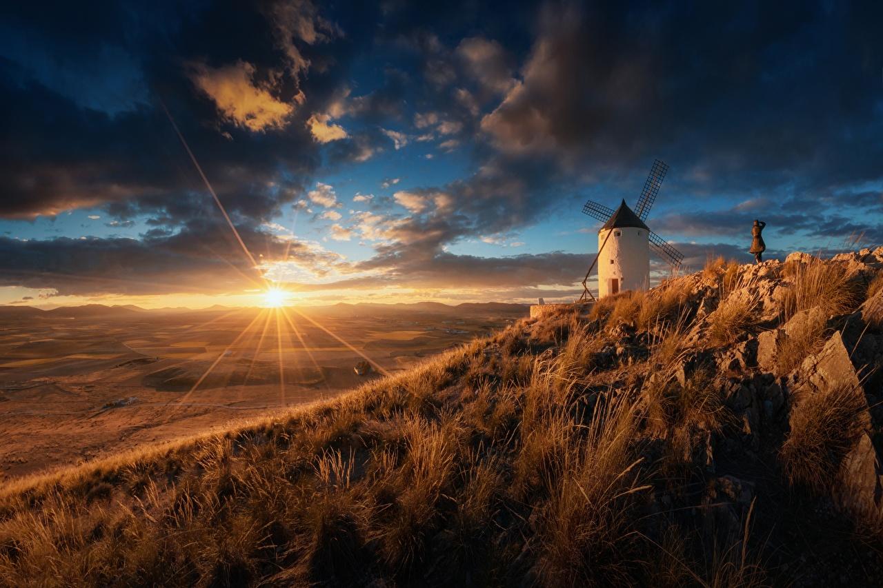 Обои для рабочего стола Лучи света Испания мельницы солнца Природа Луга Небо рассвет и закат Мельница ветряная мельница Солнце Рассветы и закаты