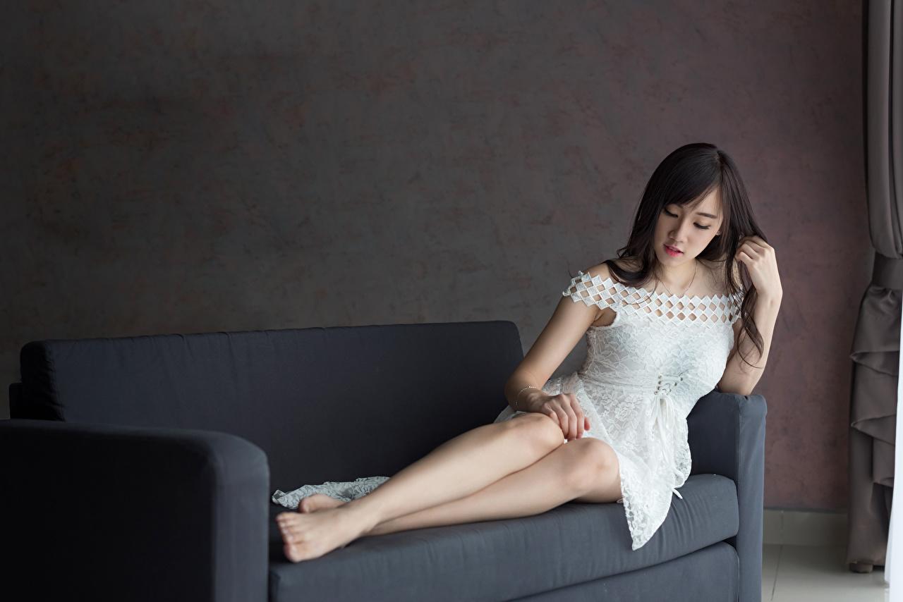 Фотография брюнеток девушка Ноги Азиаты Диван платья брюнетки Брюнетка Девушки молодая женщина молодые женщины ног азиатки азиатка диване Платье