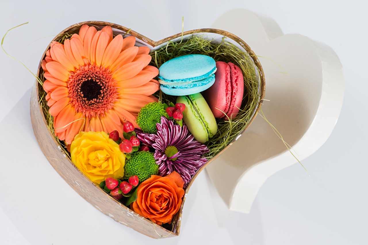 Картинки Макарон сердечко Герберы Цветы коробки Еда серце сердца Сердце гербера цветок коробке Коробка Пища Продукты питания