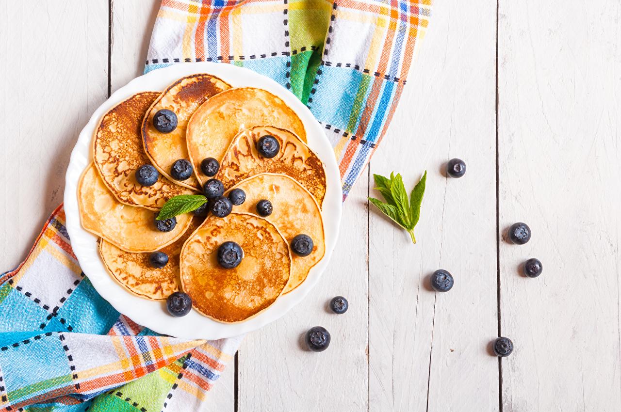 Фото Блины Черника Еда тарелке Доски Пища Тарелка Продукты питания
