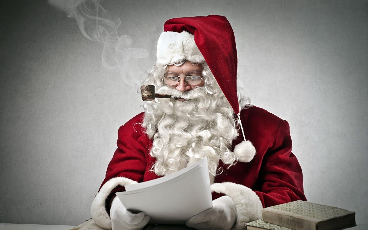 Фото Борода Шапки Дед Мороз Дым Очки сидящие Серый фон Санта-Клаус Сидит