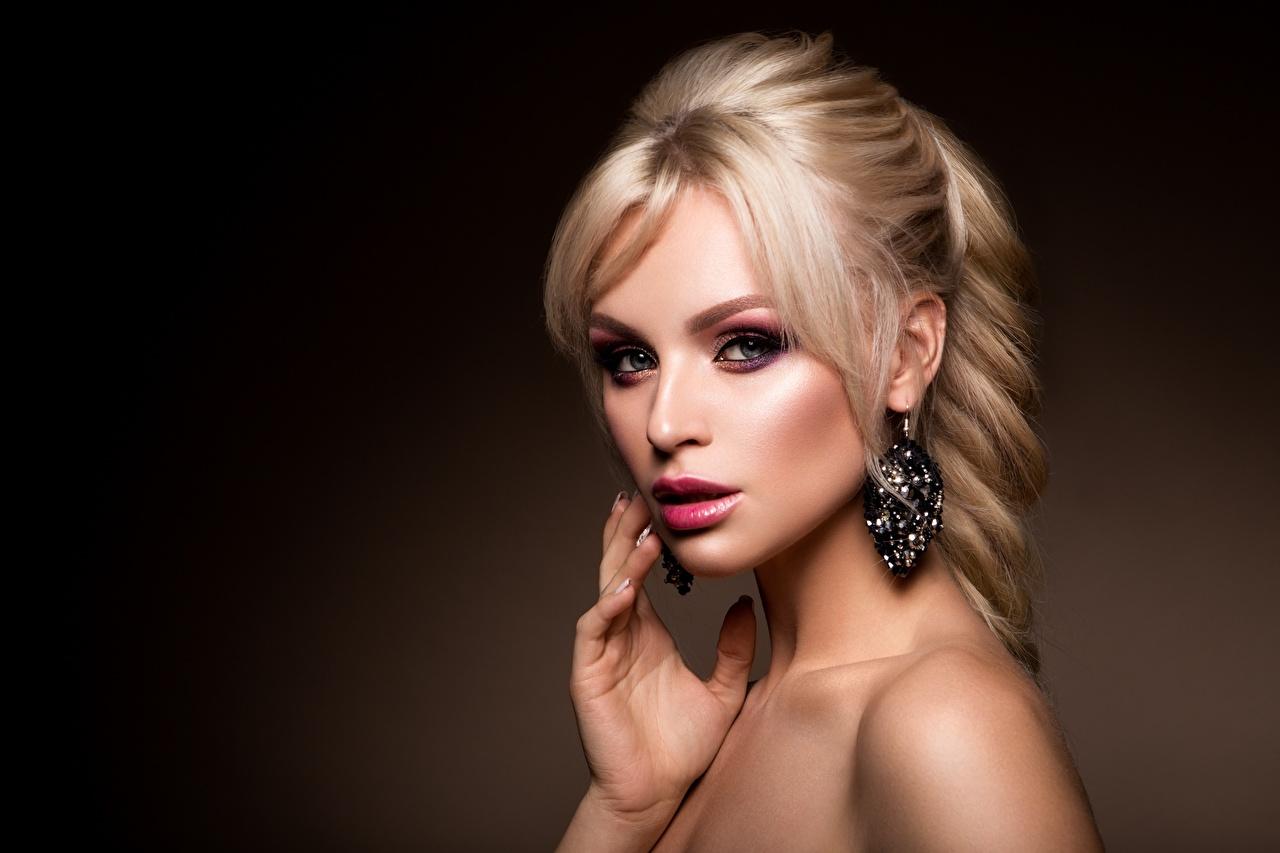 Картинка Блондинка фотомодель косметика на лице Причёска молодые женщины серег Взгляд блондинки блондинок Модель мейкап Макияж прически девушка Девушки молодая женщина Серьги смотрит смотрят
